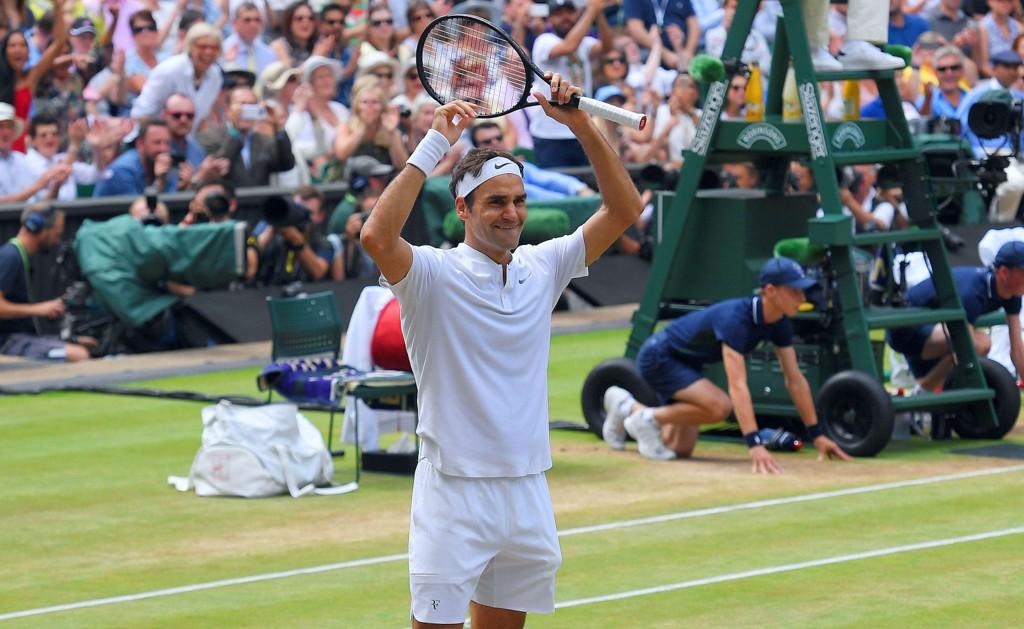 RØRT: Roger Federer måtte felle noen tårer i feiringen av enda en Wimbledon-triumf.