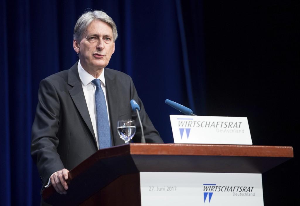 Finansminister Philip Hammond sier Storbritannia skal håndtere ubetalte regninger til EU.