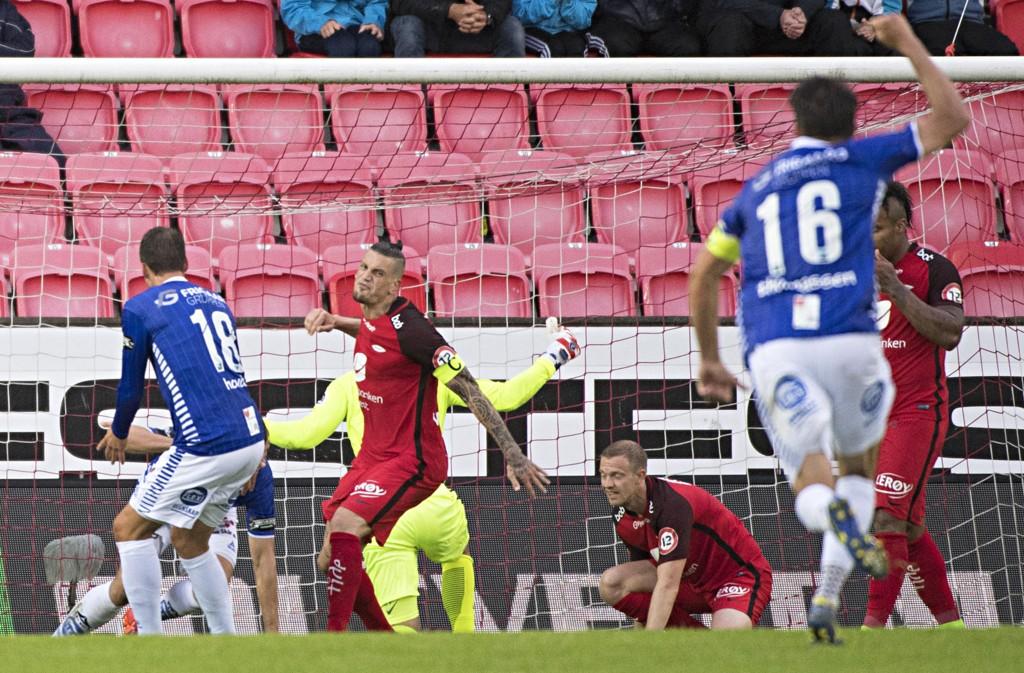 BRANN-TAP: Branns Vito Wormgoor (to fra venstre) fortviler over 1-0 ved Sarpsborg 08s Patrick Mortensen.