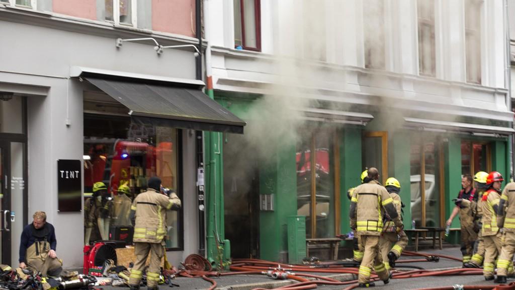 Oslo brann- og redningsetat har sjekket brannsikkerheten ved 345 serveringssteder i Oslo. Én av tre som har frityrkjøkken, har store mangler. Her fra en brann i «Illegal Burger» på Grünerløkka i september i fjor. Denne brannen startet sannsynligvis i et ventilasjonsanlegg tilknyttet serveringsstedet