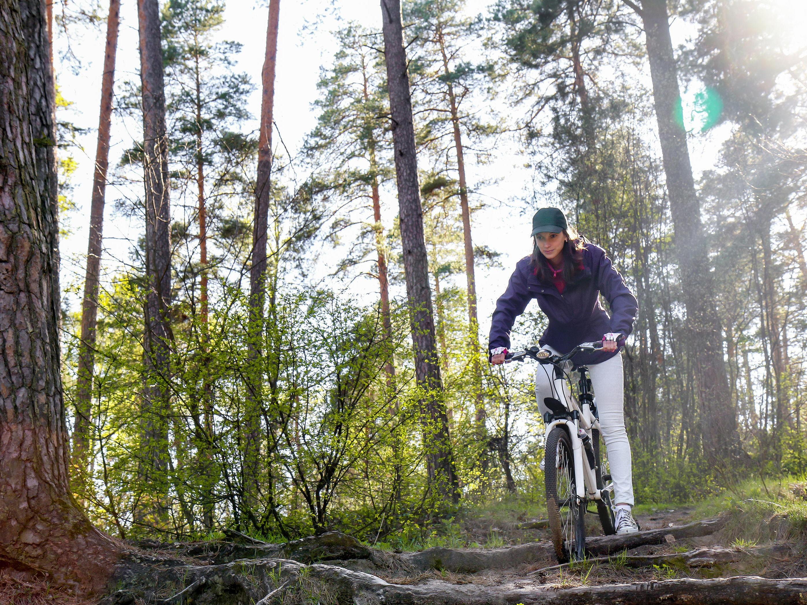 SLURVER MED HJELM: Rundt 30 prosent av alle som sykler svarer nemlig at de aldri, sjelden eller bare av og til bruker hjelm.