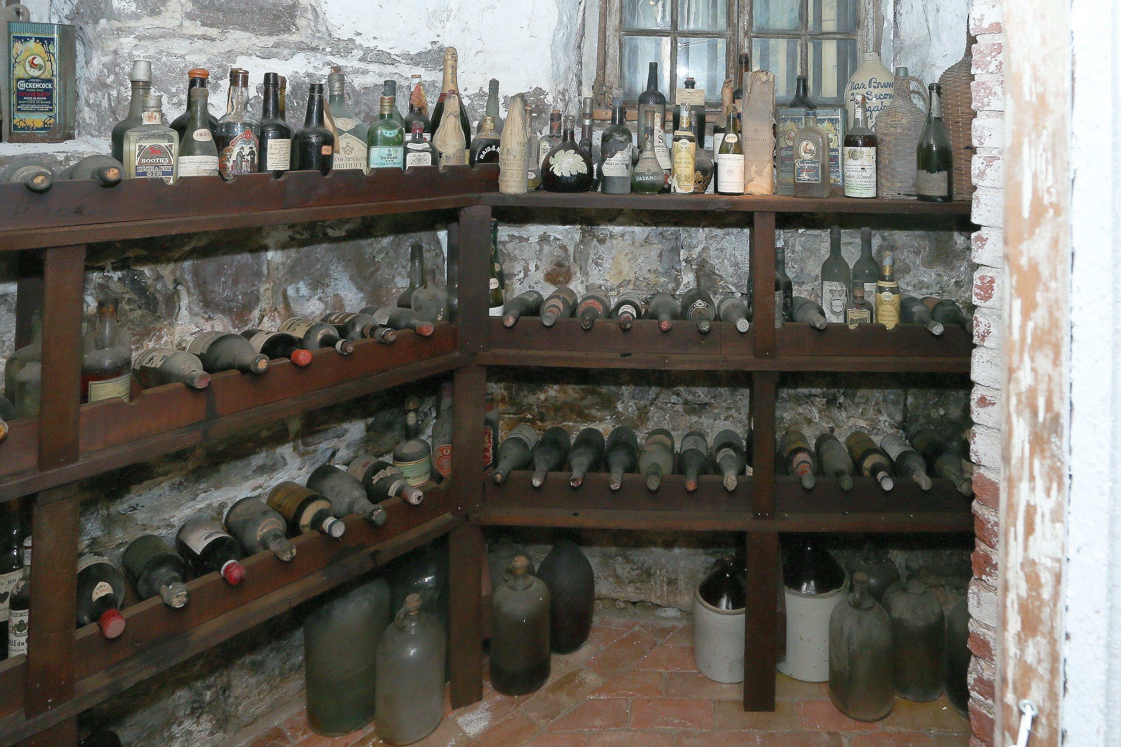 ET FUNN: Liberty Hall Museum gravde fram denne vinen og fant flasker som er inntil 221 år gamle.