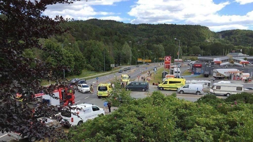 ULYKKE: 13 personer var involvert i trafikkulykke her ved Circle K på Moheim i Telemark.