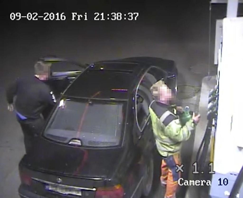 Bilde fra en overvåkingsvideo som viser de nå dømte for drapet på Nils Olav Bakken fylle bensin på en BMW og på ei bensinkanne på Shell-stasjonen på Dokka kvelden 2. september 2016. Det var denne bensinen som ble brukt til å tenne på Bakken, etter at han ble stukket med kniv.
