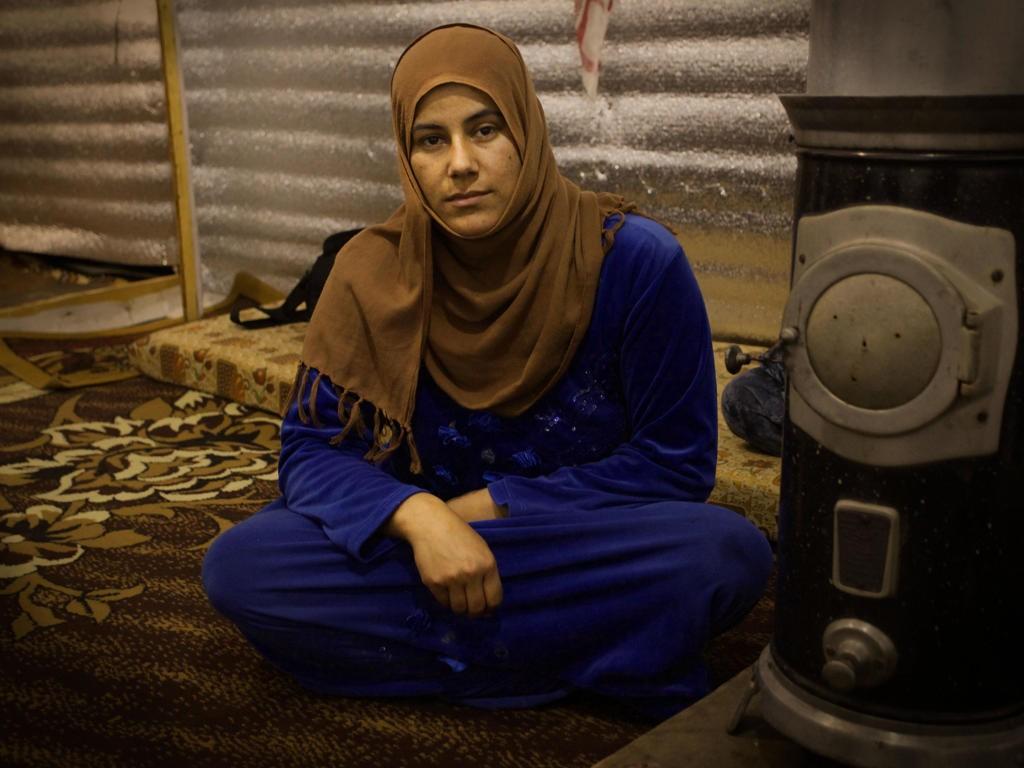 Foto: Nils Inge Kruhaug / NTB scanpix في خيمة أخرى قابلنا الأرملة ربيعة التي تبلغ من العمر 27 عاما. تجلس ربيعة جنب طفليها و تروي لنا قصتها