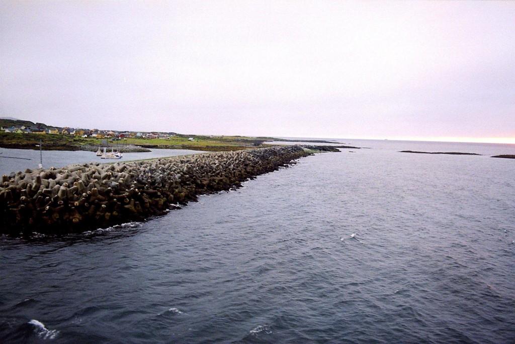 Øst-Finnmark har hatt mange dager med over 20 grader denne måneden, men fortsatt er det et stykke igjen til julirekorden. Bildet er fra Molo i Berlevåg i Finnmark (arkivfoto).