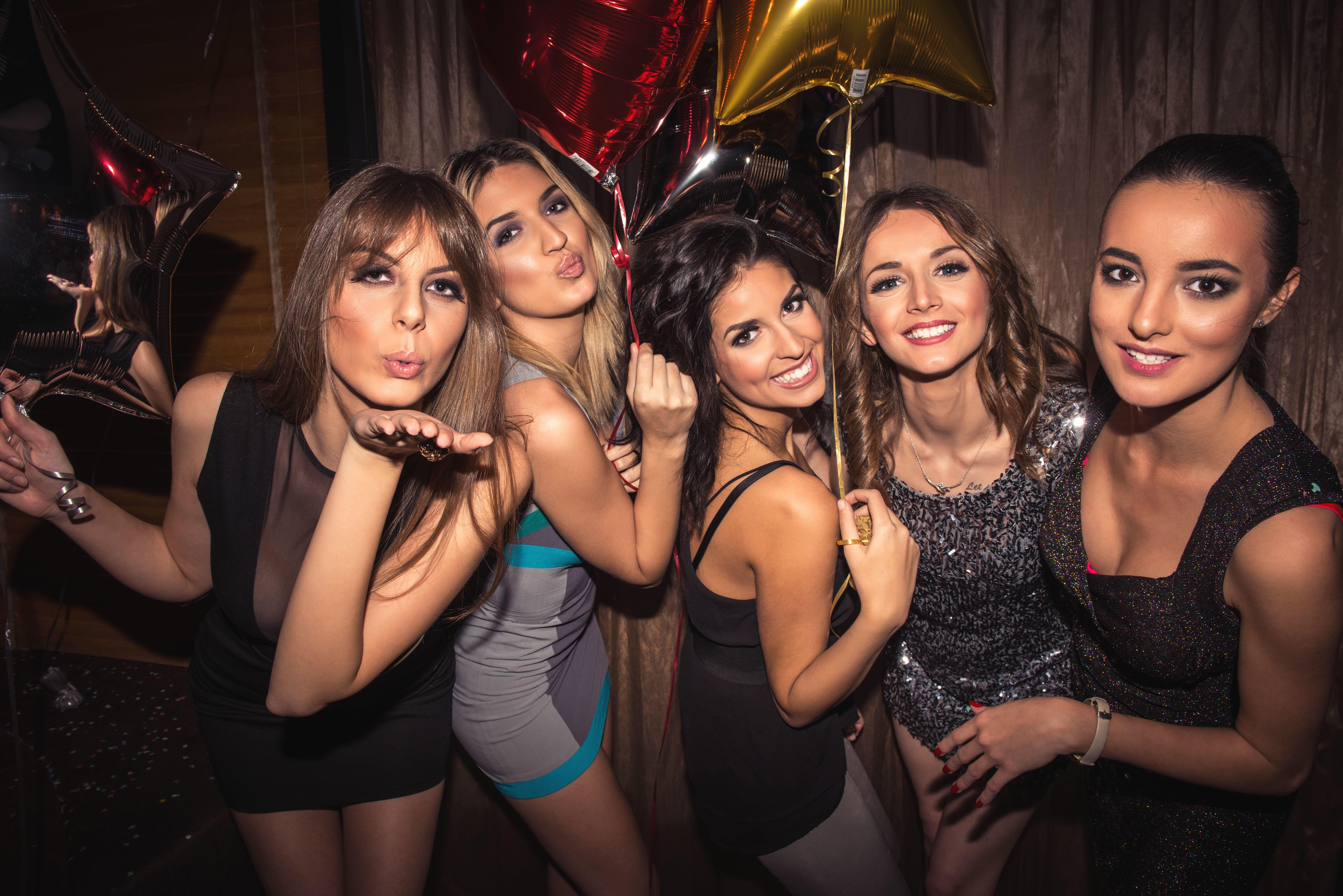 LIVET ER EN FEST: Ifølge en britisk spørreundersøkelse burde du slutte å dra på nattklubb etter fylte 37 år.