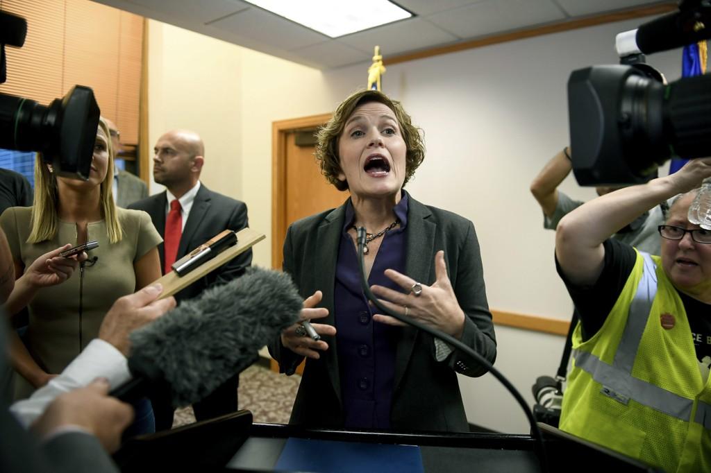 Borgermester Betsy Hodges i Minneapolis ble møtt med demonstranter da hun holdt pressekonferanse fredag.