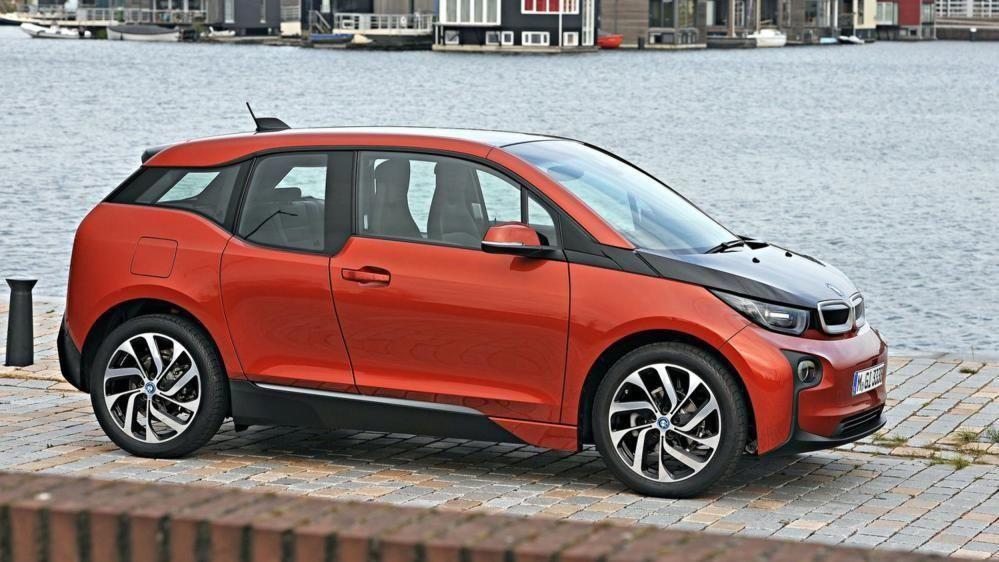 HELELEKTRISK: BMW har truffet blink med sin første helelektriske modell i3. Til høsten kommer den i fornyet utgave, og det ryktes at både effekten og rekkevidden skal kunne bli bedre.