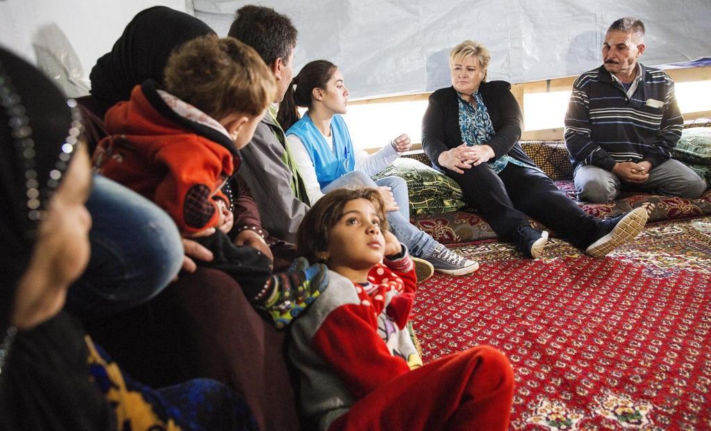 Foto: Tore Meek / NTB scanpix رئيسة الوزراء إيرنا سولبرغ في مخيم قاب إلياس في لبنان.