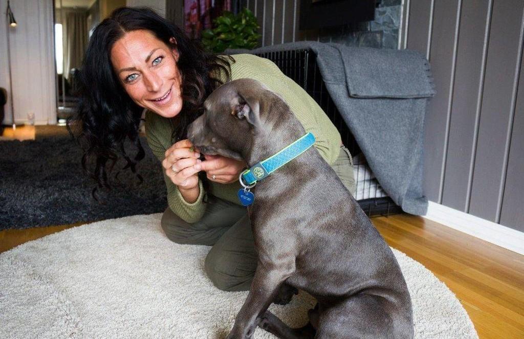 Marthe Sundby og hunden Blue, som hun fikk etter at hun ble syk.