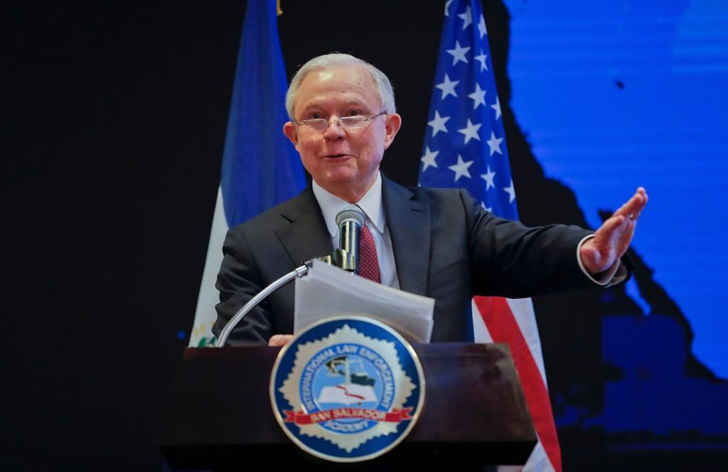 Justisminister Jeff Sessions skal fredag orientere om tiltak administrasjonen setter i verk for å stanse lekkasjer.