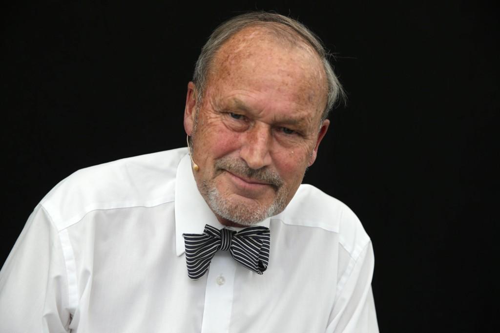 Her er professor Per Fugelli avbildet under Oslo Bokfestival i 2014, med tversoversløyfen som er blitt hans varemerke.