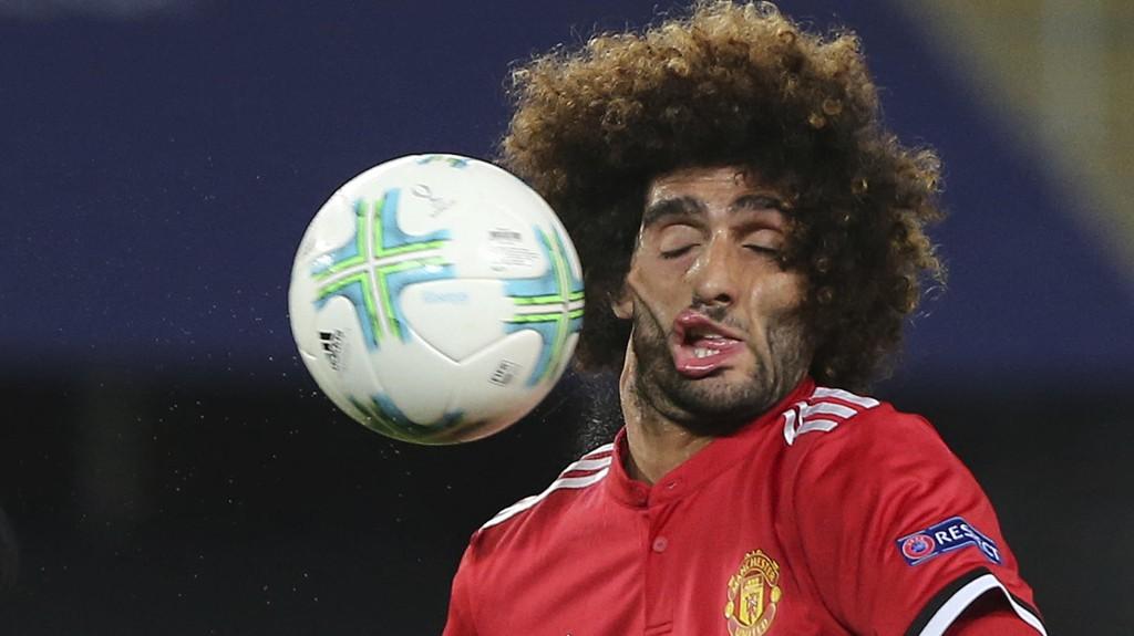 BLINKSKUDD: AP-fotografen Boris Grdanoski tok dette blinkskuddet av Marouane Fellaini i supercupfinale tirsdag.