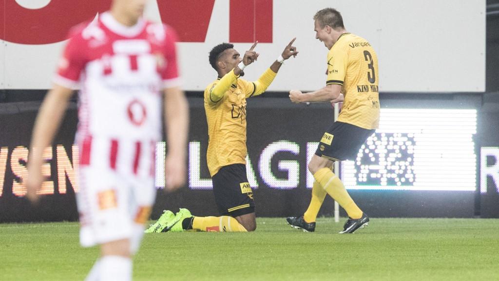 I GANG: Lillestrøms Marco Tagbajumi jubler sammen med Simen Kind Mikalsen etter scoringen som ga kvartfinalebillett.