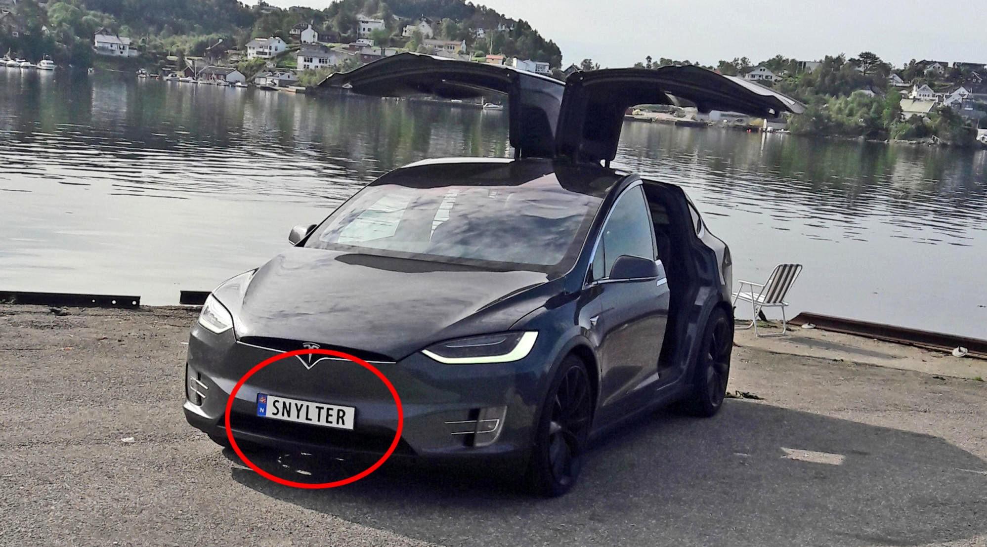 SELVIRONIEN PÅ TOPP: Eieren av denne Tesla Model X-en, Vegard Linge fra Bergen, synes SNYLTER er et morsomt skilt, på en bil som er fritatt for avgifter i Norge.