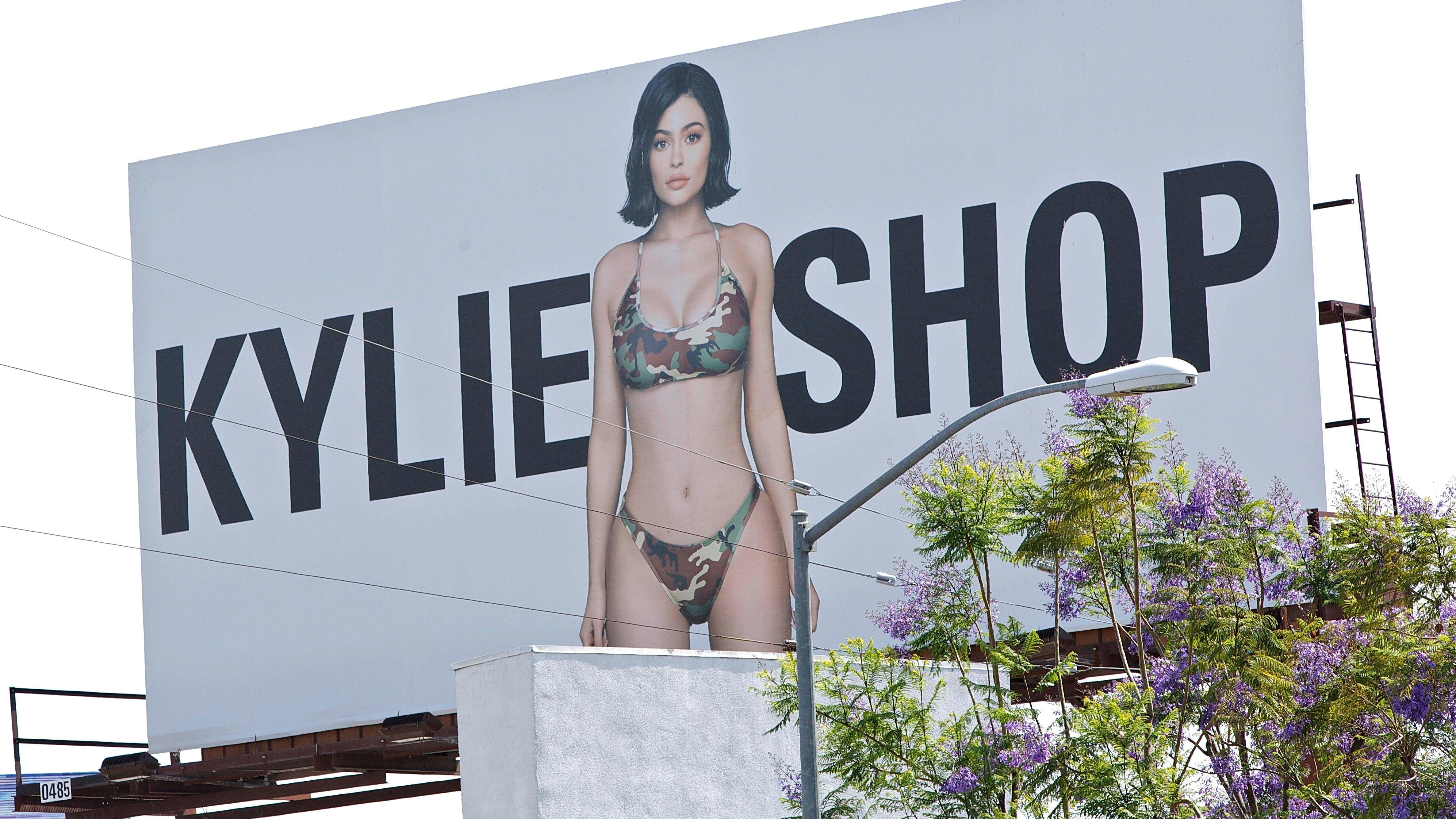 BLIR STYRTRIK: Kylie Jenner tjener enorme summer via sin nettbutikk. I 2015 startet hun Kylie Cosmetics sammen med moren Kris Jenner.