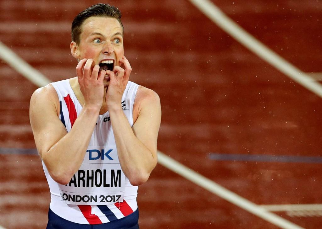 VM-GULL: Karsten Warholm etter triumfen i London-VM.