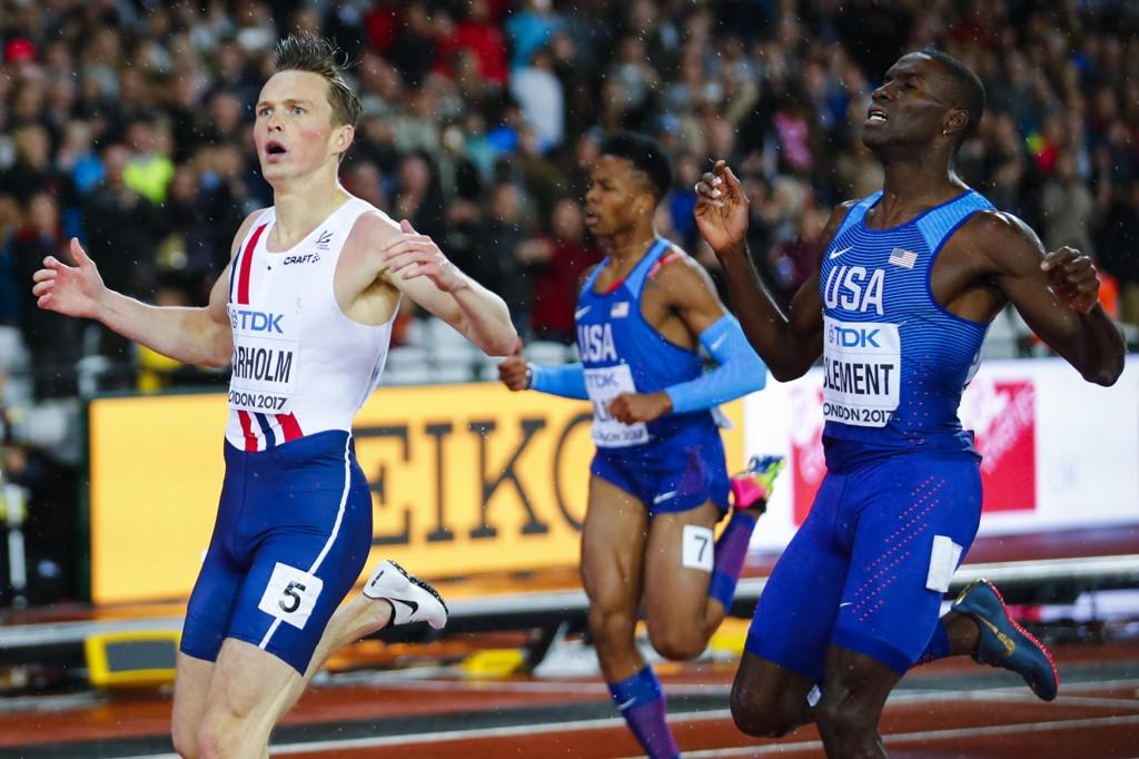 Karsten Warholm tok gull foran amerikanske Kerron Clement på 400 meter hekk finalen i friidretts-VM i London onsdag kveld.