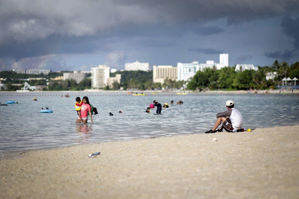 ØYPARADIS: Livet på Guam gikk sin vante gang torsdag, tross trusselen fra Kim Jung-un. Den amerikanske stillehavsøya lokker til seg mange turister som nyter strandlivet.