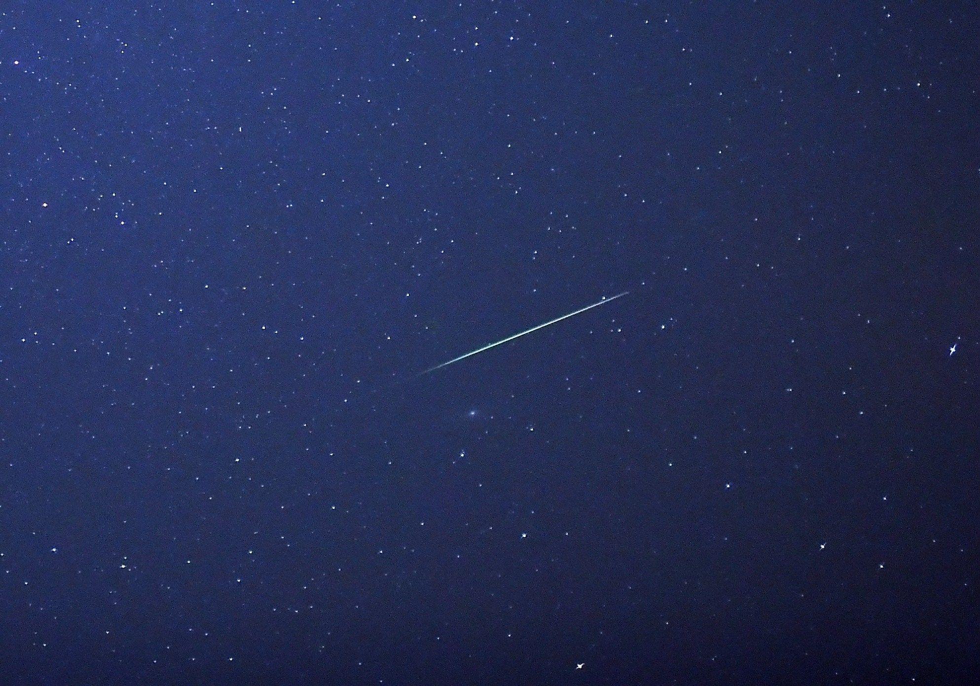 METEORSVERM: Det er vakkert å se på når stjerneskudd fyker over himmelen under en meteorsverm.