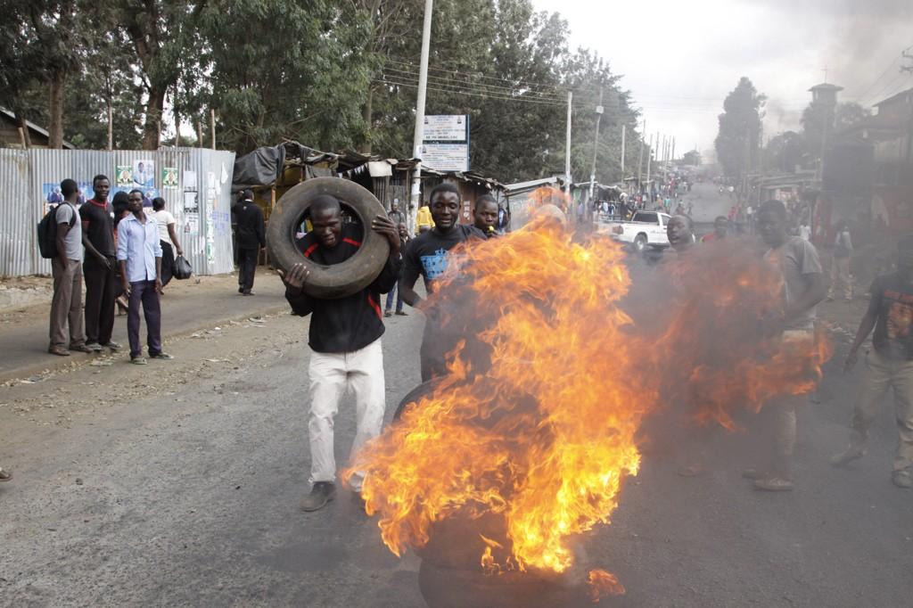 Det har vært voldelige protester flere steder i Kenya siden tirsdagens valg, her i Kibera-slummen i Nairobi tidligere fredag. På kvelden ble det meldt om skyting flere steder i landet.