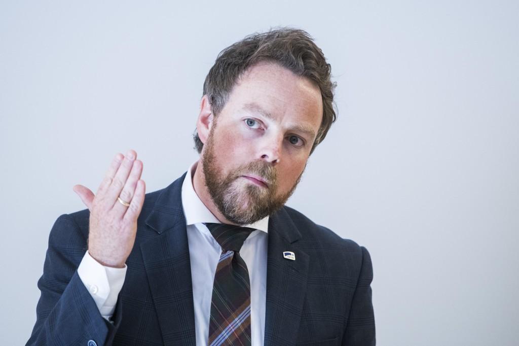 Kunnskapsminister Torbjørn Røe Isaksen mener Aps foreslåtte lærernorm ikke vil gagne distriktene.