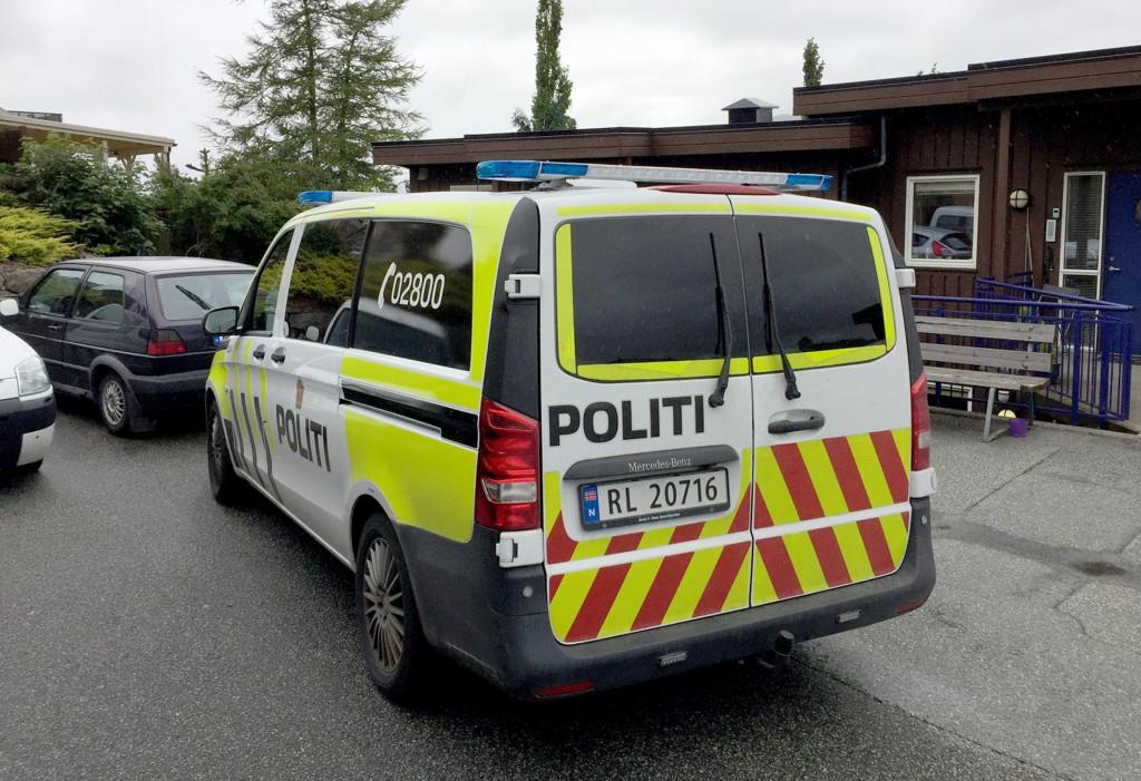 Politibil ved stedet der det lørdag ble funnet en død mann i Ålgård i Rogaland. Politiet anser dødsfallet som mistenkelig.