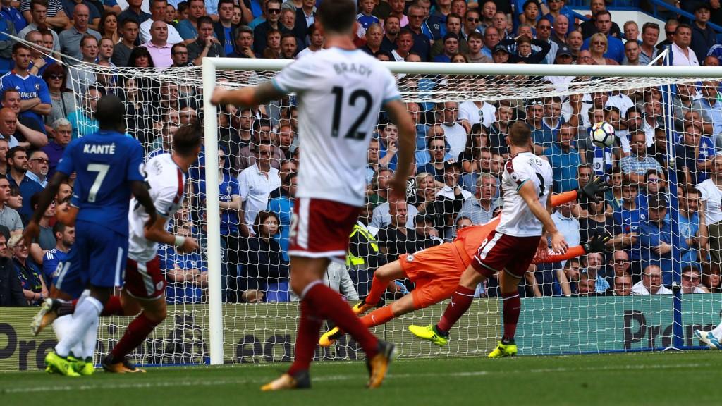 SJOKKERTE CHELSEA. Her finner Stephen Ward nettmaskene med en vakker scoring. Dette var bare en av gangene Chelsea måtte hente ballen ut av eget nett i det som ble en mildt sagt sjokkerende fotballkamp.