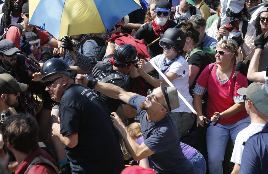 SAMMENSTØT: Høyrenasjonalister i sammenstøt med motdemonstranter ved inngangen til Lee Park i Charlottesville lørdag.
