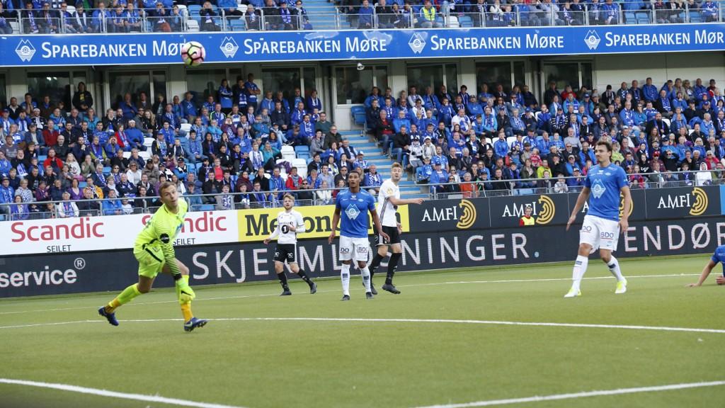 SUPERSCORING: Nicklas Bendtner sender her RBK til himmels med en scoring man sjelden ser i norsk fotball. Innbytter Mathias Eriksen (keeper) har ikke nubbsjans.