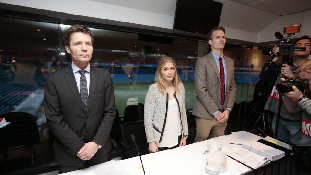 VURDERER ANKE: Therese Johaug sammen med sine advokater Christian B. Hjort (tv) og Mikkel Toft Gimse under høringen i dopingsaken vedrørende Therese Johaug på Ullevaal stadion i Oslo torsdag.