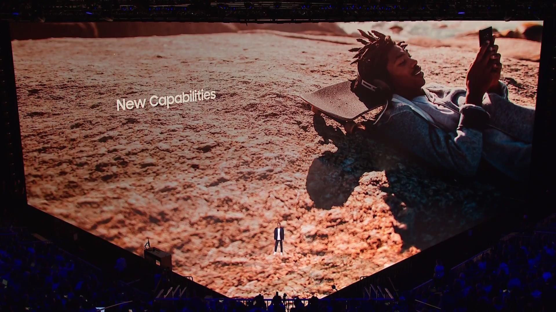 Toppsjefen i Samsungs mobilvirksomhet, DJ Koh, sees så vidt i forgrunnen mot en gigantisk 3D-presentasjonsskjerm på avdukingen av nye Note 8 i New York onsdag.