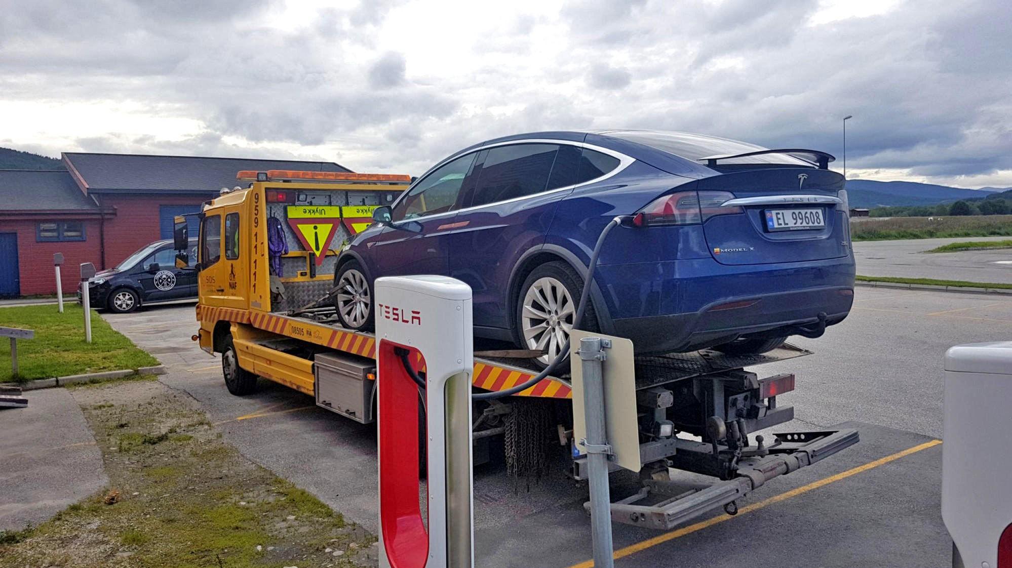 MÅTTE LADE PÅ LASTEPLANET: Teslaen viste 14 km gjenstående rekkevidde, men 7 km fra ladestasjonen var det likevel stopp. Og da parkeringsbremsen ikke ville slippe, var det ikke annen råd ennå tilkalle veihjelp.
