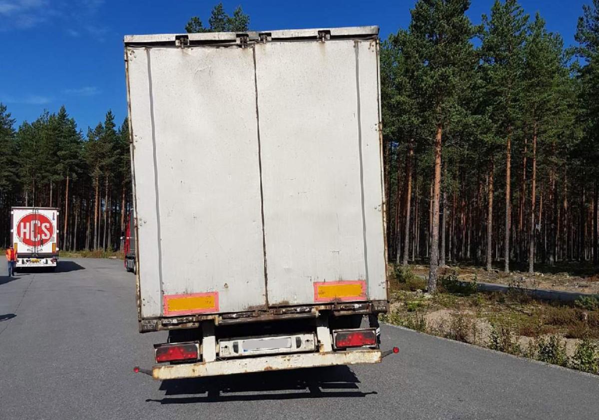 Vogntoget hadde kjørt av veien – og fått betydelige skader. Likevel fortsatte sjåføren ferden, helt til han kjørte inn i kontrollen til Statens vegvesen..