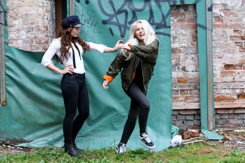 Anne Victoria (t.v.) og Astrid utgjør Pistolklubben.