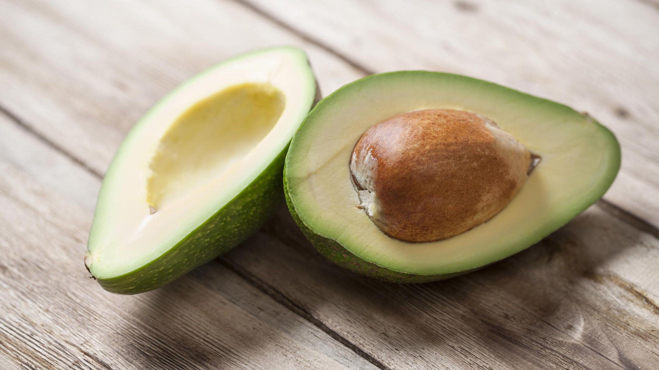 Avocado inneholder enumettet fett. Forskning tyder på at slike matvarer er spesielt gunstig for å bli kvitt fett rundt magen.