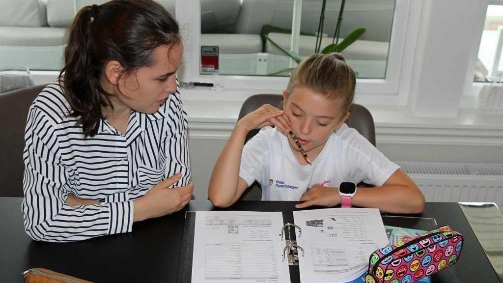 Marie (10) går i 5.klasse og får hjelp i engelsk av mentor Katarina (19).