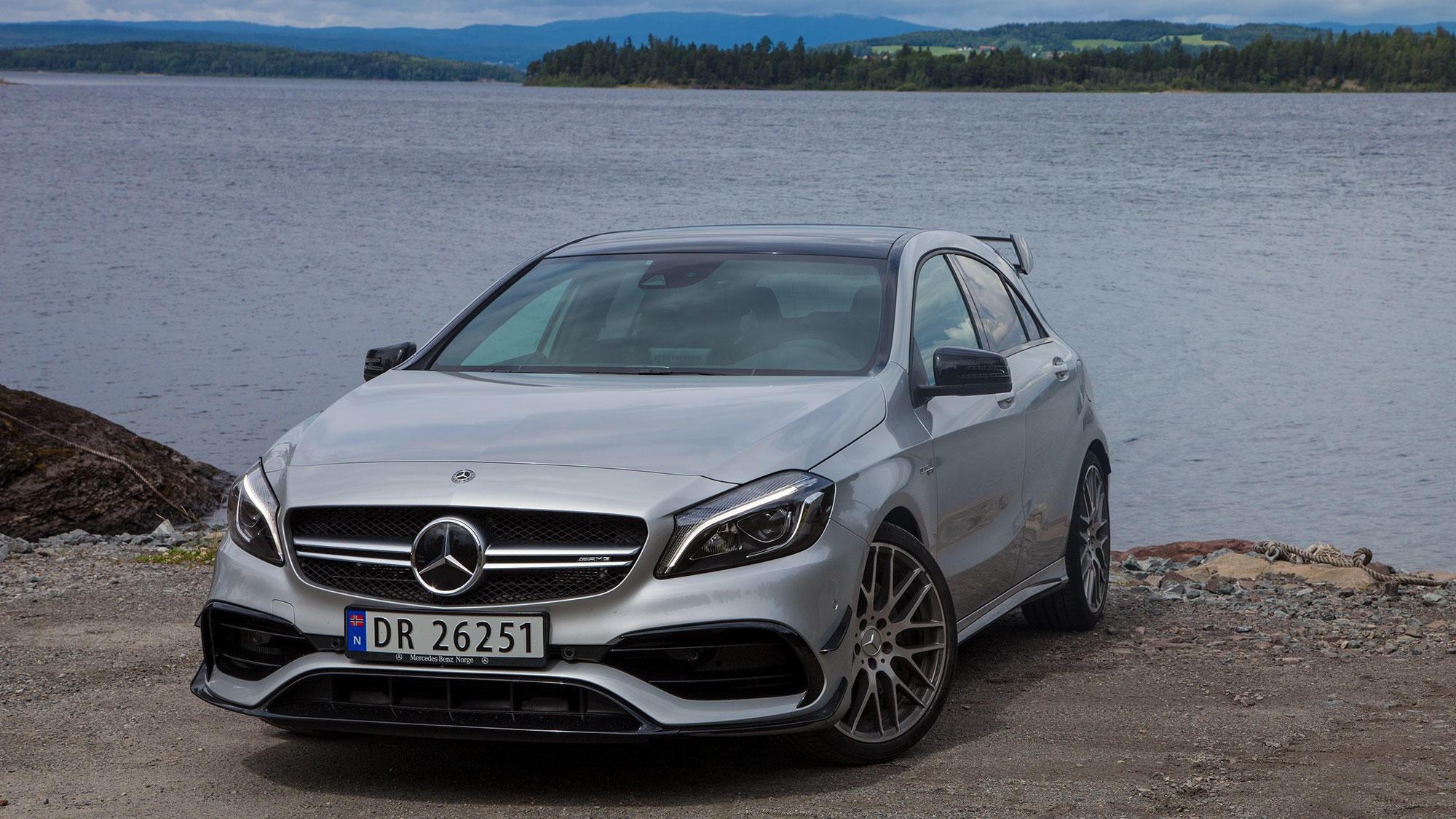 GLEDESGENERATOR: Det er ikke mange biler som virkelig kan få deg til å le. Mercedes AMG A45 er en slik bil.