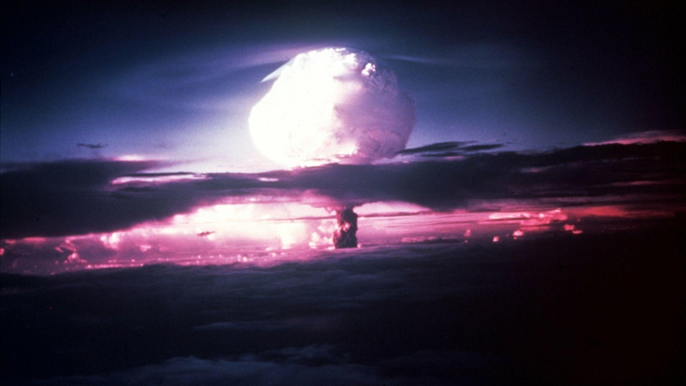 50 av verdens fremste eksperter innen kjemi, fysikk og økonomi ble spurt om hva de tenker er verdens største trussel i fremtiden. 34 prosent svarte overbefolkning og miljøforverring er en reell trussel. På andre plass kom atomkrig. Bildet viser atombomben over Hiroshima i 1945.