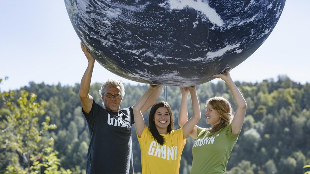 Både Rasmus Hansson (1. kandidat i Akershus) og Une Aina Bastholm (1. kandidat i Oslo) kan komme på Stortinget. Her løfter de jordkloden sammen med byråd for miljø og samferdsel i Oslo, Lan Marie Nguyen Berg.