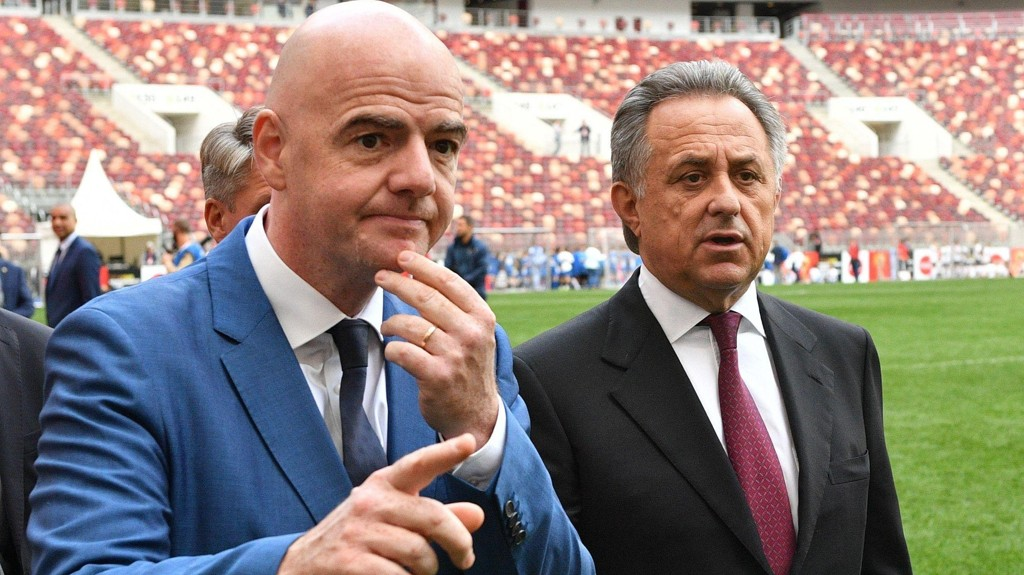 GODE VENNER: Det er ventet store avsløringer om forbindelsen mellom FIFA-president Gianni Infantino og den russiske visestatsministeren Vitaly Mutko.