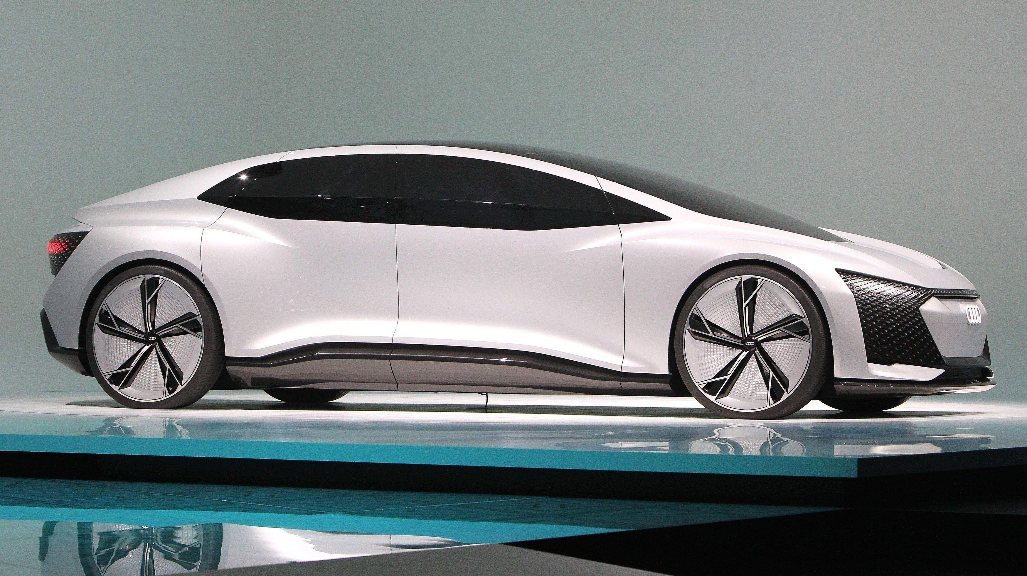 AUDI AICON: De besøkende på motormessen i Frankfurt snur seg etter Audis nye elbilkonsept. Men det er ingen grunn å tro at den snur hoder på gaten med det første.