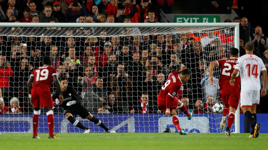 STRAFFEBOM: Roberto Firmino setter ballen i stolpen på stillingen 2-1 til Liverpool.
