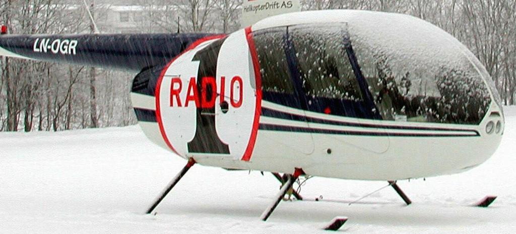 TILBAKE: Radio 1 hadde i flere år et helikopter som overvåket trafikken i hovedstaden. Dette bildet er fra vinteren 2002, da helikopteret måtte landet på grunn av tett snøvær.