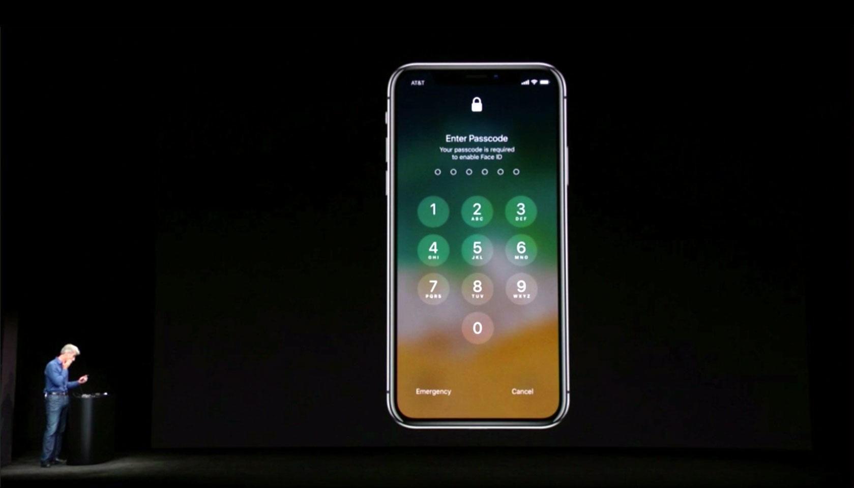 Apples sjef for programvareutvikling, Craig Federighi, tørker svetten da iPhone X ikke vil låse seg opp ved hjelp av ansiktsgjenkjenning på verst tenkelig tidspunkt ...
