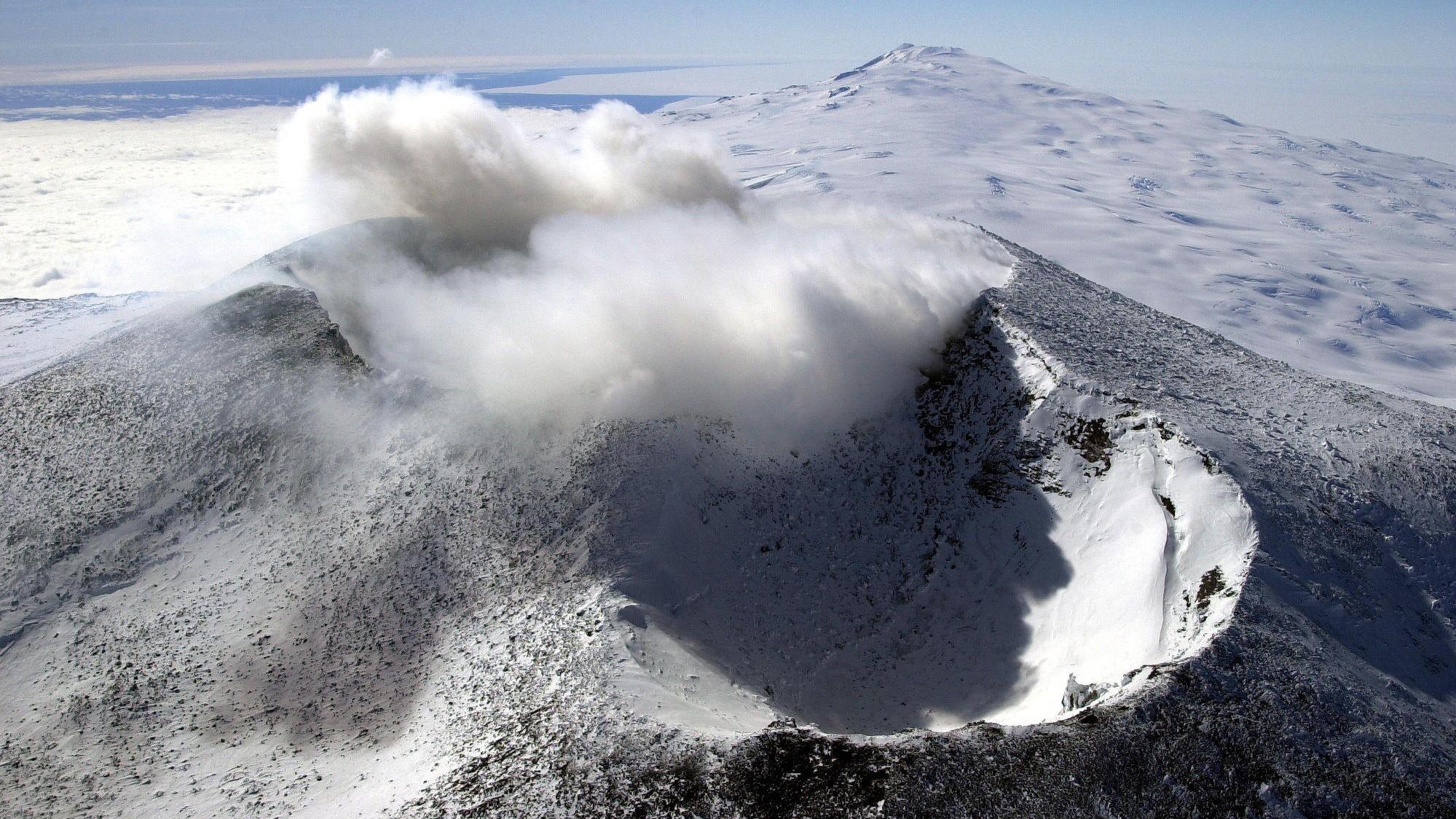 Under den aktive vulkanen og fjellet Erebus på Rossøya i Antarktis har varmen fra vulkanen gravd ut et helt system av huler. Her kan temperaturen bli opp til 25 plussgrader celsius selv om gjennomsnittstemperaturen på Rossøya er -17 grader.