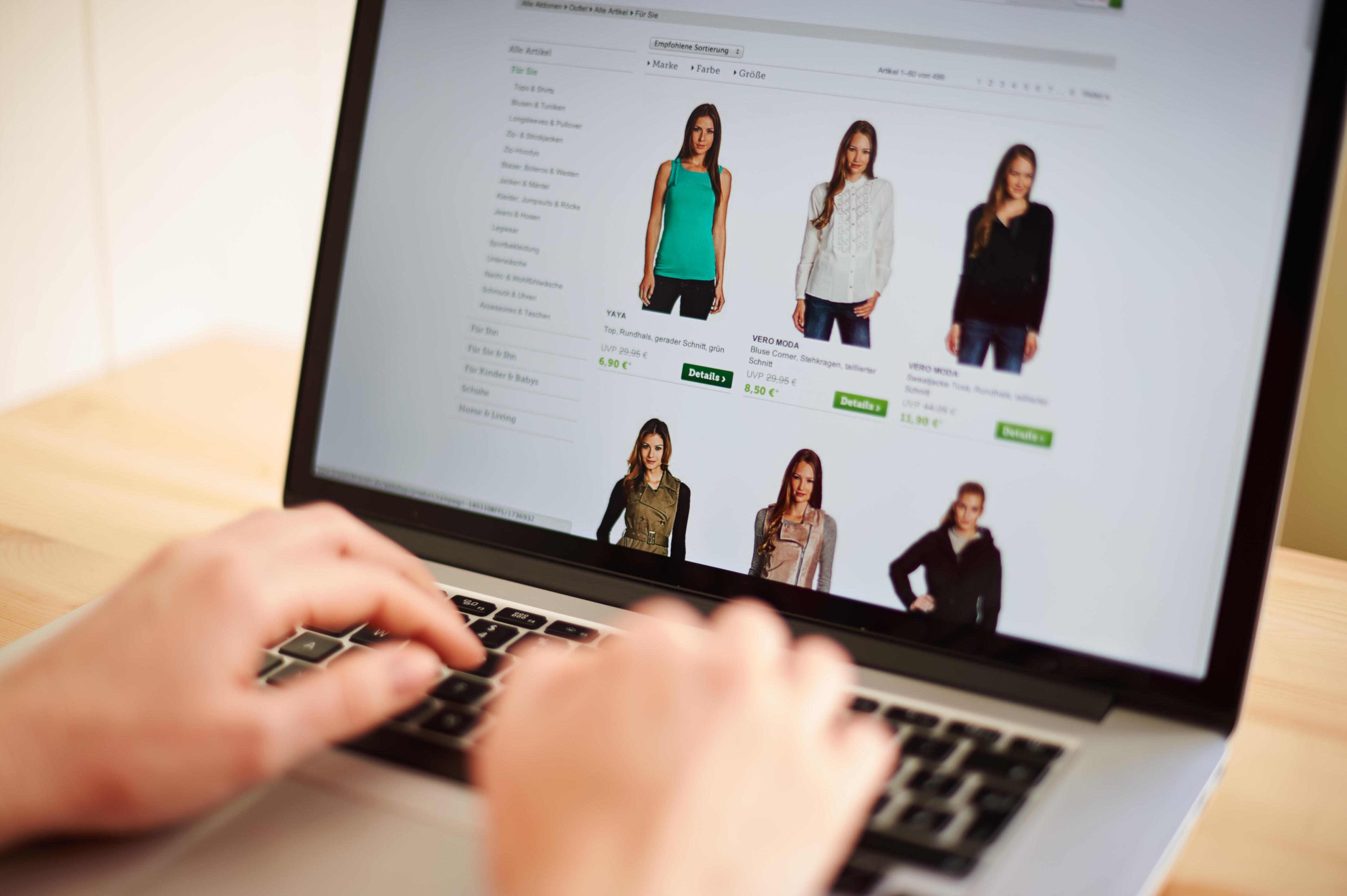 En kvinne ser på tilbudene på en utenlandsk nettportal.