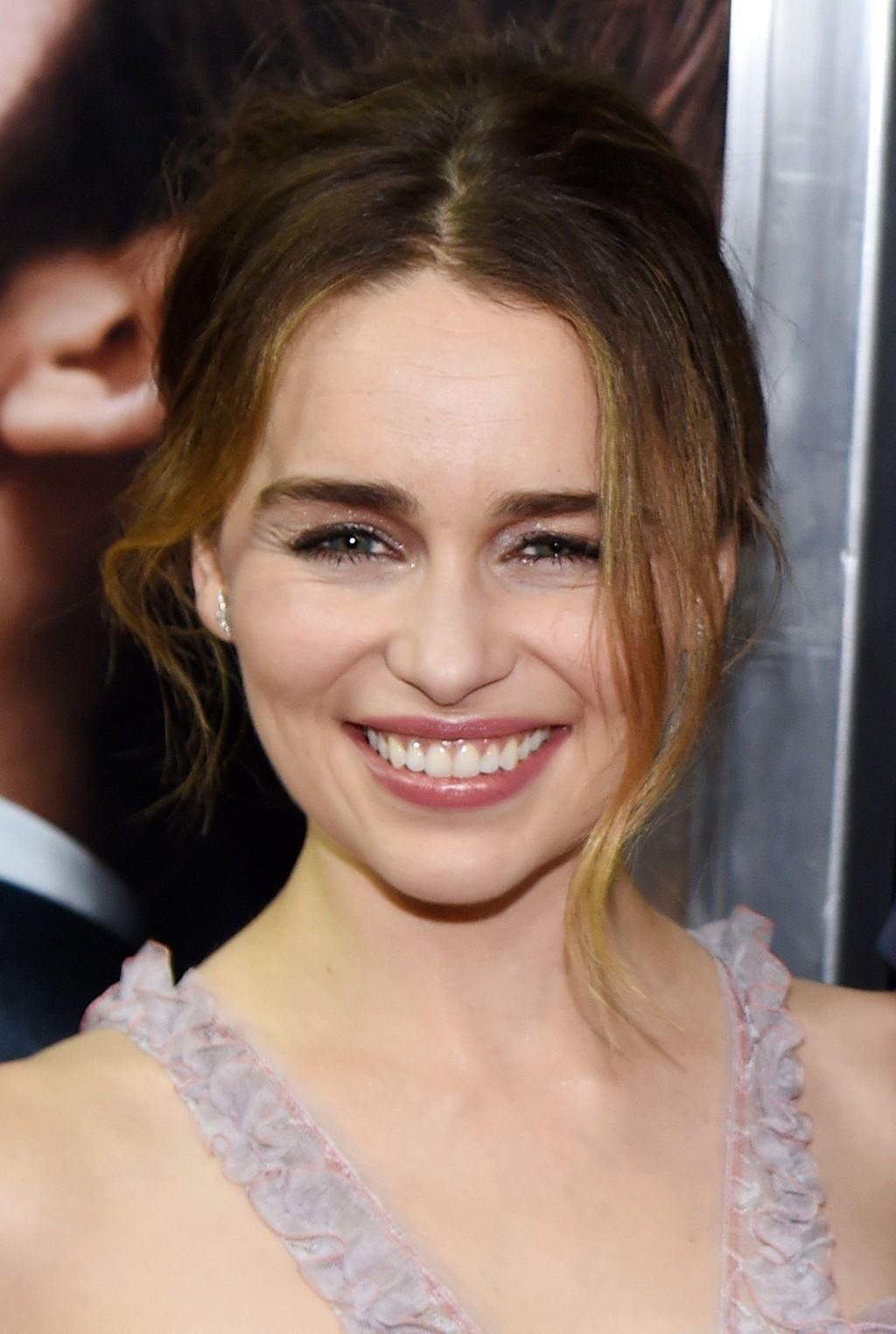 Emilia Clarke slik vi er vant til å se henne - med brunt hår. Nå har hun imidlertid akkurat blitt blondine, i likhet med karakteren Daenerys Targaryen, som hun har blitt verdenskjent for.