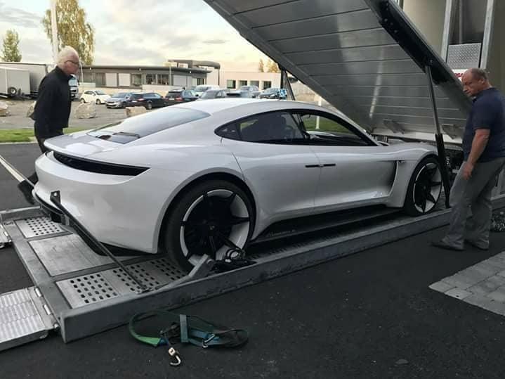 RULLES UT: Konseptmodellens av Porsche Mission E ble fraktet til Norge for en eksklusiv visning.